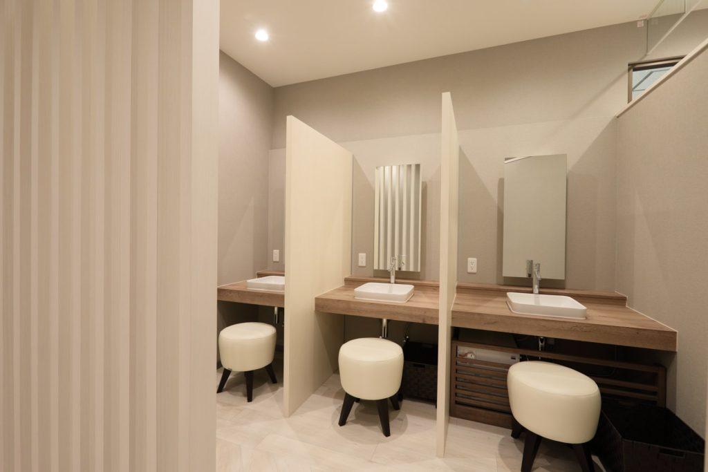 パウダールーム|メイクオフが必要な施術が多いため、お化粧直しをできるスペースを作りました。