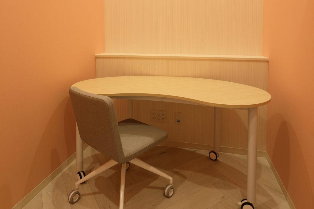 相談室|塗り薬の塗り方が複雑な場合など、診察室だけでは伝えきれないご説明を、スタッフ一丸となって丁寧にご説明いたします。