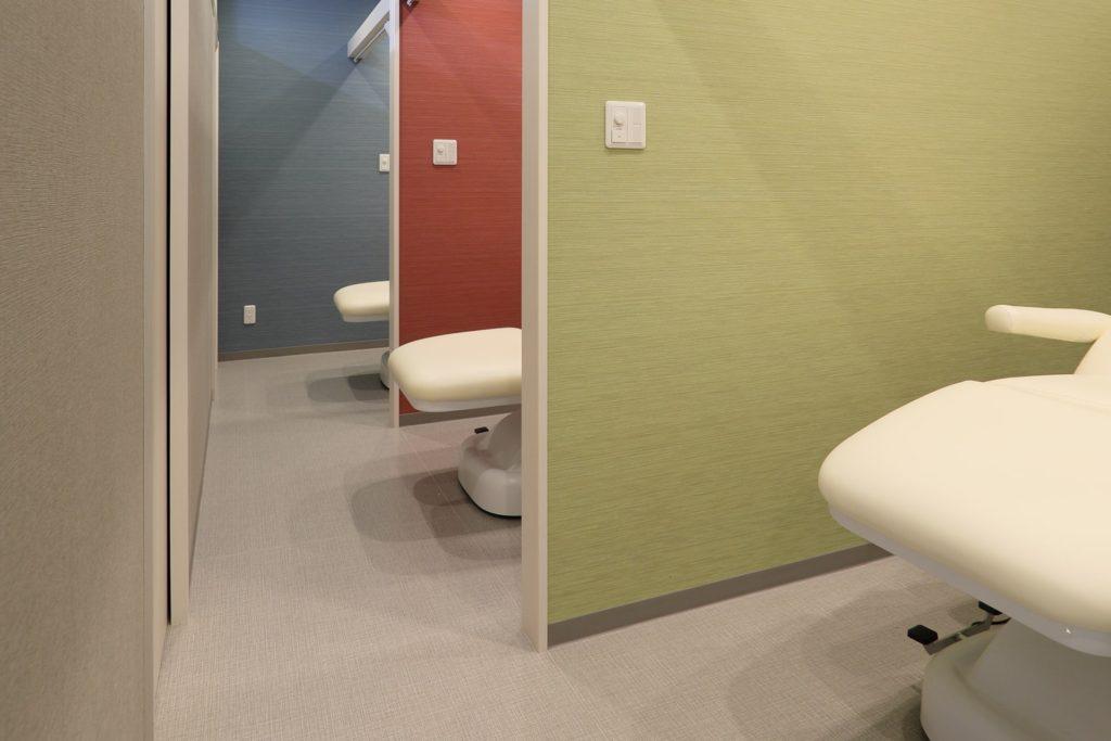 個室(自費診療施術室)|クリアタッチ、ケミカルピーリング、イオン導入、脱毛、e-Plusなど、個室で受けることができます。